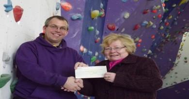 Cllr Baverstock presents grant to Geoff Niblett.JPG