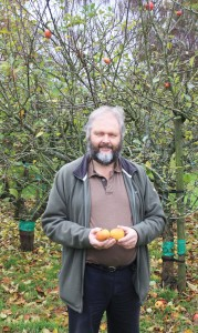 sparsholt-expert-chris-bird-with-apples